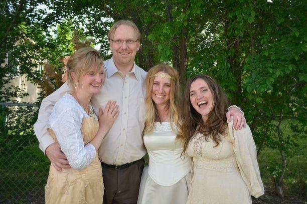 Drew'lla on kolme vaimoa, joista kuitenkin vain April (oik.) on virallisesti hänen aviovaimonsa.