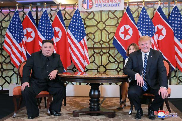 Donald Trump sanoo luottavansa Kim Jong-uniin, joka kiisti tienneensä Otto Warmbierin kohtelusta Pohjois-Koreassa.