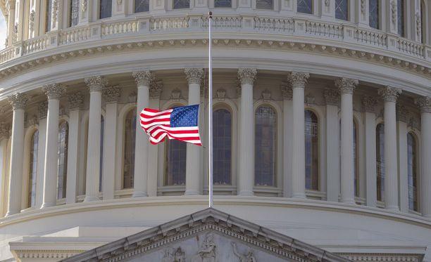 Liittovaltion suruliputus vaatii Valkoisen talon myöntämän luvan. Marylandin osavaltion liput liehuivat puolisalossa ammuskelussa kuolleiden muistoksi viime perjantaina. Kuvituskuva.