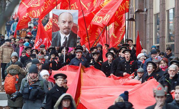 Kaduilla näkyi myös juhlintaa, ja jotkut juhlivat 100 vuotta sitten tapahtunutta vallankumousta näyttävästi.