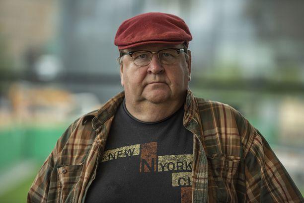 Mikko Kivinen on pahoillaan siitä, kuinka esiintyvät taiteilijat eivät ole saaneet koronapandemian aikana valtiolta tarvitsemaansa tukea.