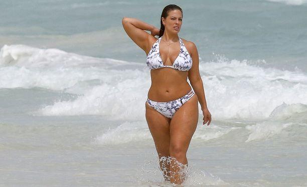 Ashley Graham näyttää, että ei tarvitse olla mallikokoa näyttääkseen upealta rannalla.