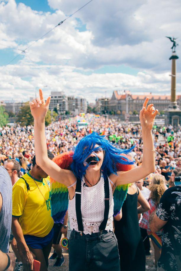 Alina ja Lauri osallistuvat illan jaksossa Prahan Pride-juhlahumuun.