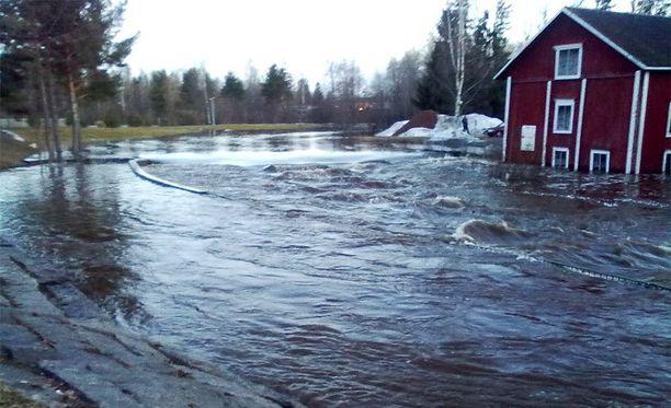 Kauhajoen keskustan tuntumassa vesi oli noussut perjantaina jo näin korkealle.