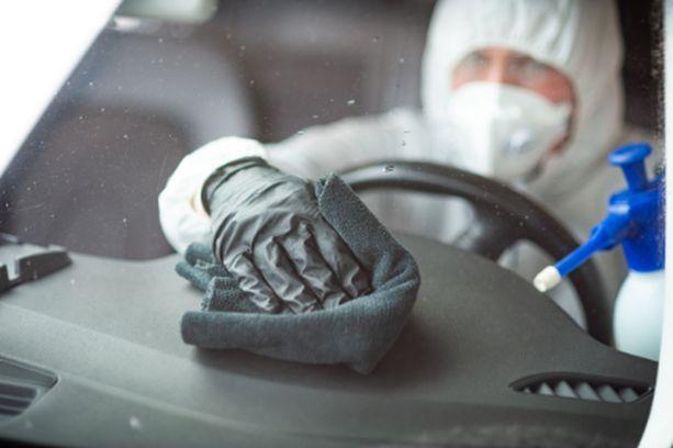 Jos koronavirus on saastuttanut auton, niin vähimmillään pinnat puhdistetaan desinfioimalla, mutta jos se ei tunnu riittävän, niin sitten käytetään otsonia.