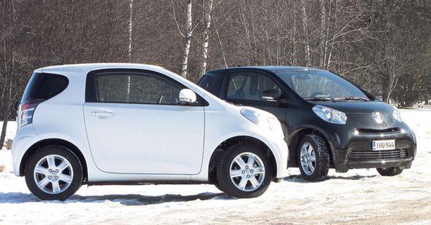 MUSTAVALKOISTA Toyota iQ:n saa Suomessa joko valkoisena tai mustana.