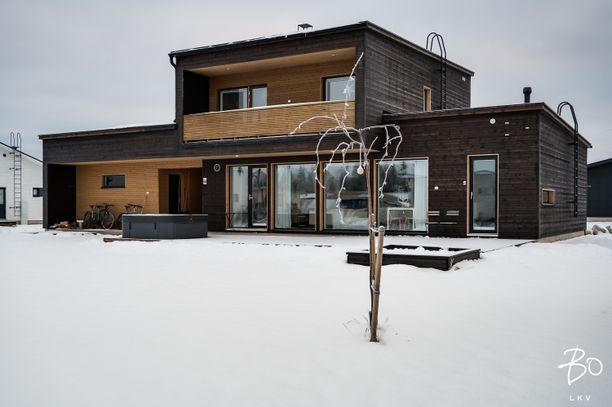 Tämä moderni koti on kaukana perinteisestä puutalosta. Kempeleessä sijaitsevan 180 neliön kodin linjat ovat viivasuorat ja julkisivu jylhän tumma.
