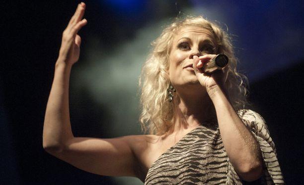 Laura sai Iskelmä-Finlandian vuonna 2010. Tässä hän viihdyttää vuotta myöhemmin Vihreät niityt -tapahtumassa.