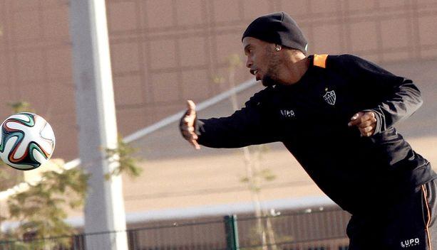 Ronaldinho piti hauskaa Mineiron viimeistely harjoituksissa.