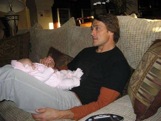 Teemu vuonna 2008 Vuokatin jääkiekkoleirillä. Sylissä tytär Veera.