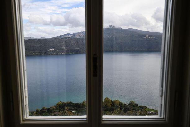 Järvenpuoleisista ikkunoista avautuu kaunis näköala.