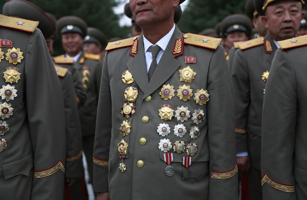 Pohjoiskorealaisia sotilaita valmistautumassa lauantain juhlallisuuksiin pääkaupunki Pjongjangissa.