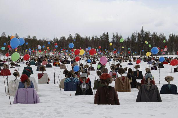 Hiljainen kansa vapputunnelmissa Suomussalmella.