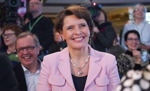 Keskustan kansanedustajaehdokas Anne Berner kuunteli sunnuntaina Baltic Queen -laivan yökerhossa puolueen puheenjohtajan Juha Sipilän puhetta.