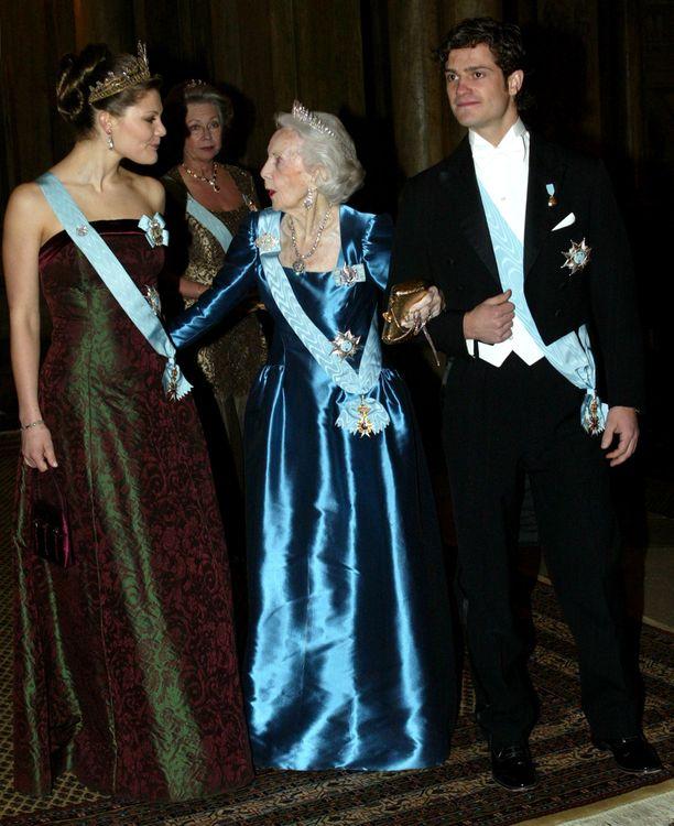 Tammikuu 2003. Victoria, Lilian ja Carl Philip keskustelevat ennen illallista. Victorian pikkuveljenä Carl Philip on nykyisin vasta neljäntenä kruununperimysjärjestyksessä.