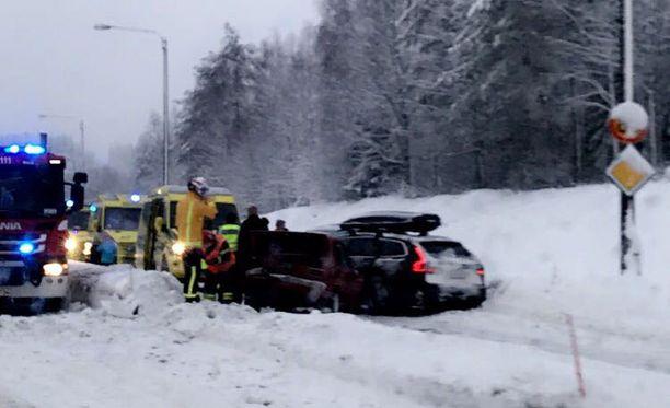 Autoihin tuli peltivaurioita ketjukolarissa Kajaanissa, mutta kukaan ei loukkaantunut.