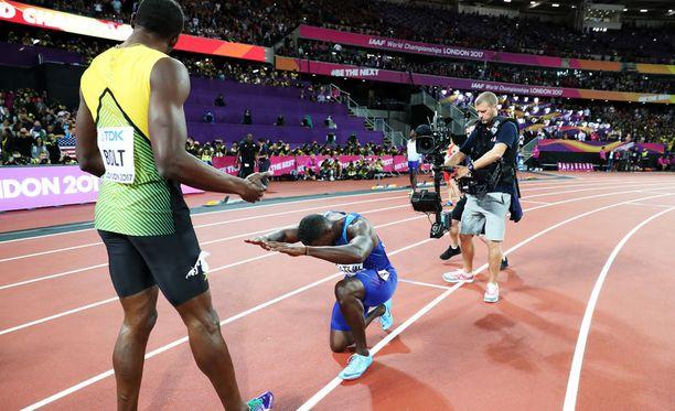 Justin Gatlin polvistui Usain Boltin eteen MM-finaalin jälkeen.
