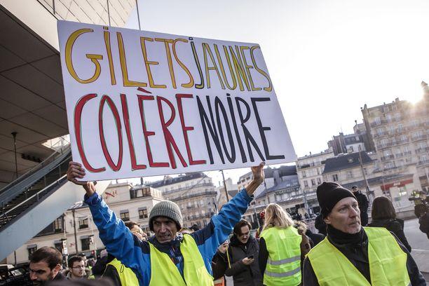Ranskassa on laajoja mielenosoituksia muun muassa polttoaineen hinnan korotuksia vastaan.