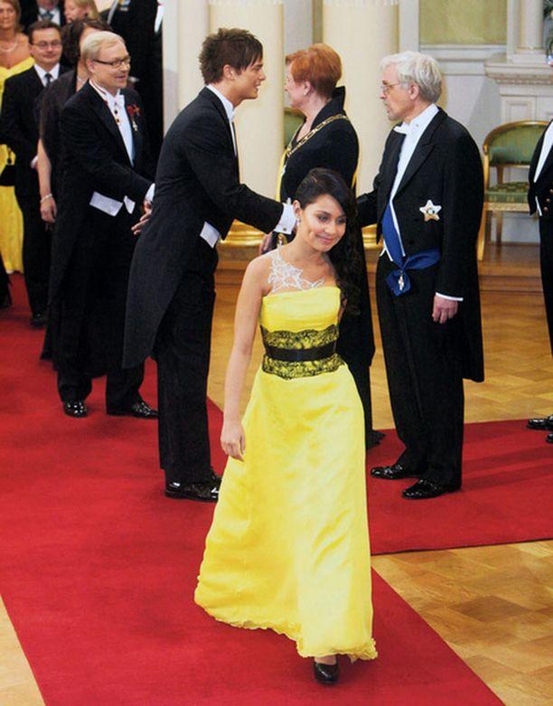 Anna Abreu jätti kättelyssä tylysti silloisen kumppaninsa Panu Larnoksen metrien päähän ja jatkoi kävelyään.