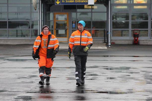 Lentokentän lastausalueella ei usein näe naisia töissä.