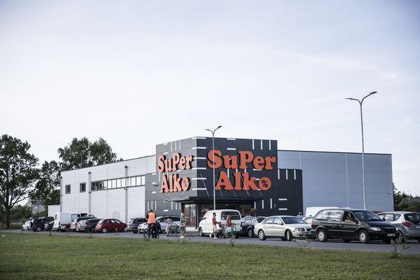 Latvian puolella Viron ja Latvian rajalla sijaitsevan SuperAlkon parkkipaikalla huomattava osa autojen rekisterikilvistä on suomalaisia.