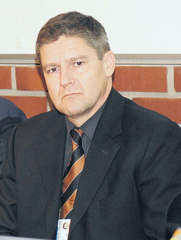 Rikosylikomisario Tero Haapala selosti torstaina keskusrikospoliisin tekemää selvitystä Jokelan ampumavälikohtauksen tapahtumista. Tiedoista ilmenee, että ampuja oli kiusatumpi ja syrjäytyneempi kuin on uskottu.