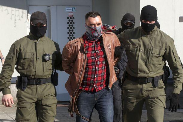 Naamioituneet poliisit pidättävät ihmisiä Minskissä päivittäin.