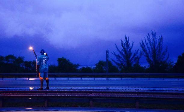 Bruce Vernon kuvaamassa Irma-hurrikaania.
