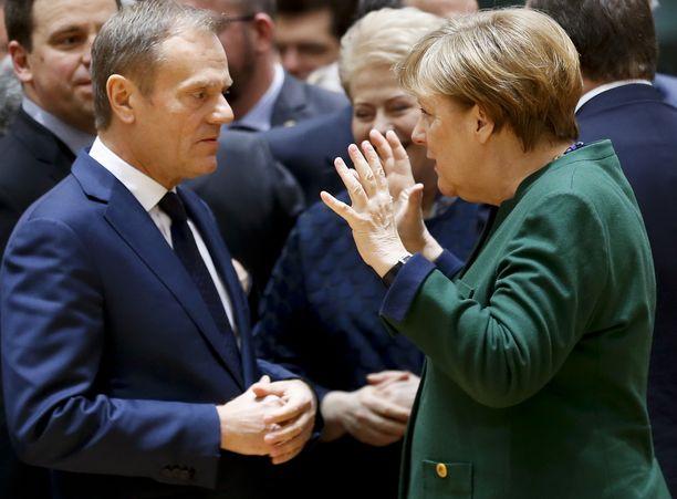 Donald Tusk (vas.) keskusteli Saksan liittokanslerin Angela Merkelin (oik.) kanssa Brysselissä viime perjantaina.