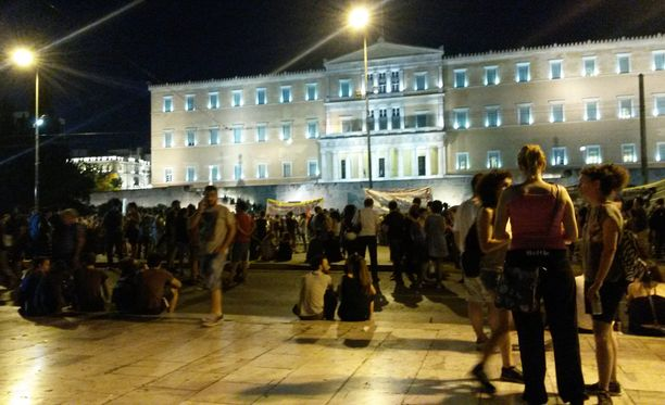 Illan pimetessä paikalle kertyi yhä enemmän mielenosoittajia. Osanottajamäärä jäi silti hyvin vaisuksi verrattuna viikon takaisiin mielenosoituksiin.