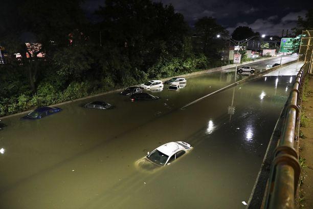 Tulva oli haudannut autoja alleen moottoritiellä Brooklynissa New Yorkissa torstaina.