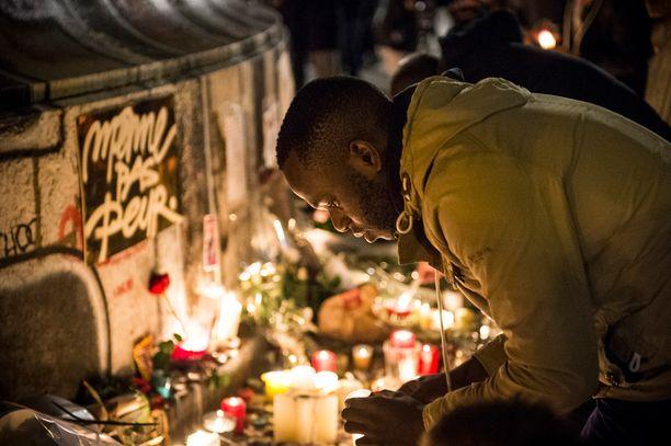 Ihmiset kerääntyivät muistamaan terrori-iskujen uhreja Place de la Republique -aukiolle iskua seuranneena iltana ja yönä.