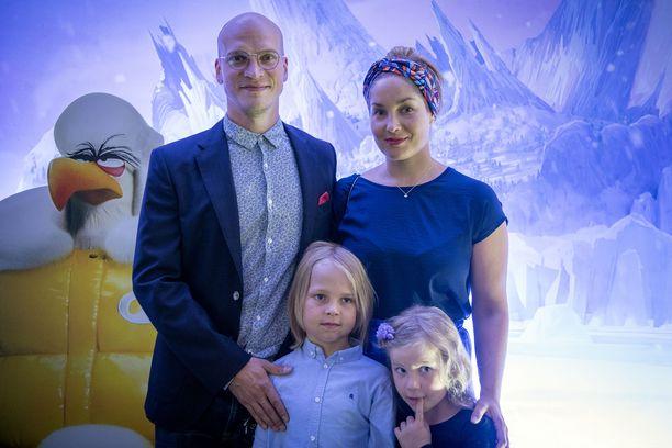 Riku Nieminen ja Annika Poijärvi menivät naimisiin vuonna 2010. Ensi-iltatunnelmissa myös lapset Roope ja Hilma.
