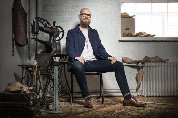Janne Lax haki oppia mittatilauskenkien valmistamiseen Englannista asti.