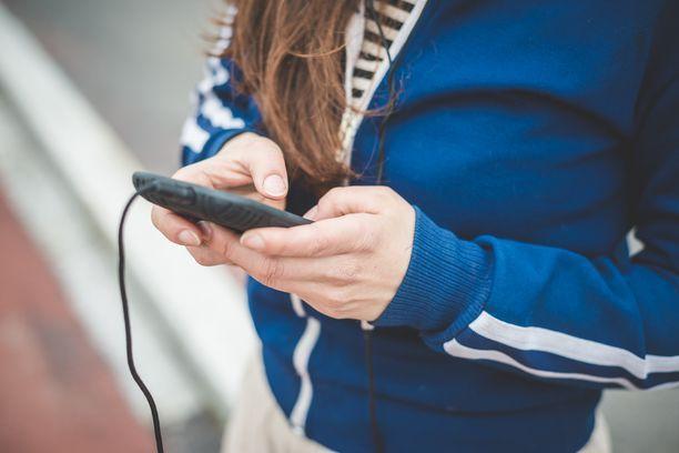Poliisi neuvoo lasten huoltajia selvittämään, mitä verkkopalveluita oma lapsi käyttää ja miten ne toimivat. Kuvituskuva.