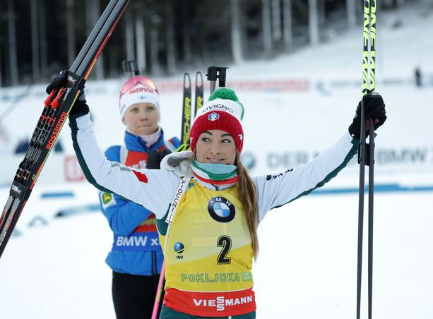 Dorothea Wierer oli torstaina ykkönen Itävallassa. Kaisa Mäkäräinen jäi niukasti toiseksi. Kuva viime viikonlopulta Sloveniasta.