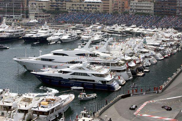 Formuloita voi Monacossa seurata luksusjahdilla oleskellen...