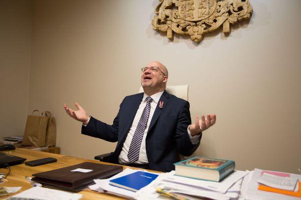 Kaupunginjohtaja Armands Krauklis iloitsi vielä IL:n tammikuisessa haastattelussa näivettyvän muuttotappiokaupungin heränneen uudelleen eloon paljolti viinarallin ansiosta.