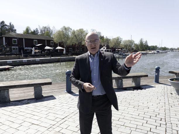 Uudenkaupungin kaupunginjohtaja Atso Vainio kertoi yllättyneensä siitä, että nuoret miehet voivat niin huonosti. Myös yli 80-vuotiaiden miesten ikäryhmässä koettiin kyselyn mukaan yllättävän paljon elämän merkityksen puutetta ja yksinäisyyttä.