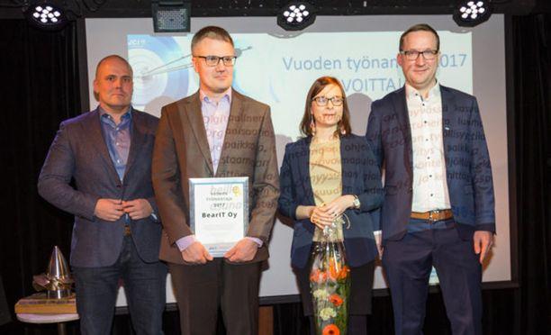 Kuvassa palkintoa jakamassa Tammerkosken Nuorkauppakamari ry:n puheenjohtaja 2018 Juha Herrainsilta sekä Monsterin Country Manager Mika Kiiskinen.