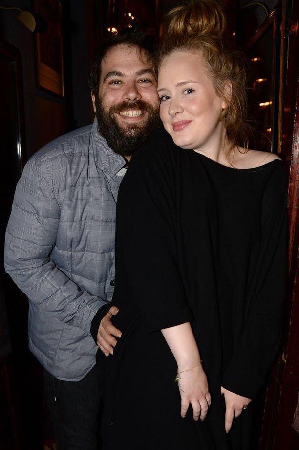 Adele ja Simon Konecki alkoivat seurustella vuonna 2011. Kuvassa pariskunta Lady Gagan keikalla Lontoossa joulukuussa 2013.