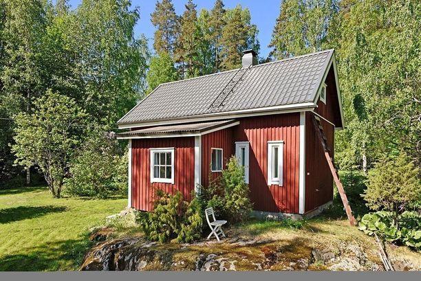 Kauniissa maalaismaisemissa Lohjalla sijaitseva 40 neliöinen mökki pitää sisällään makuuhuoneen, kylpyhuoneen ja vintin. Tontilta löytyy kalliota ja oma lampi. Hintapyyntö on 94 000 euroa.