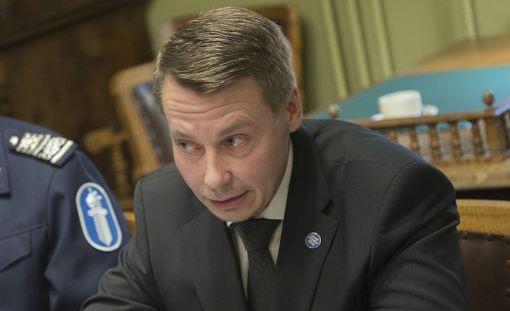 Lapsiasiavaltuutettu Tuomas Kurttila pitäisi isän- ja äitienpäivän ennallaan.