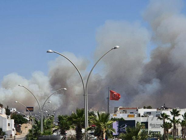 Metsäpalot lähestyvät vauhdilla turistien suosimaa Bodrumia Turkissa.