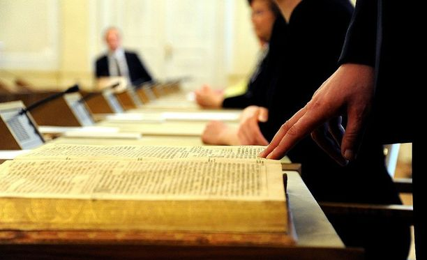 Ministeriltä ei voi edellyttää hallituksen esityksen mukaan tunnustuksellisen valan vannomista. Kuvassa ministeri Juha Rehulan ministerinvala toukokuussa 2010.