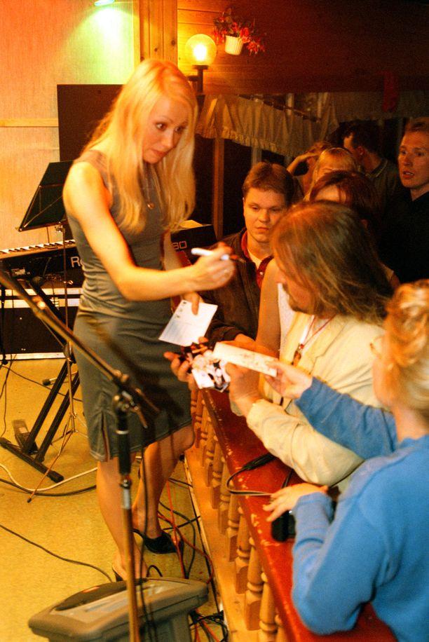 Anna Eriksson faniensa piirittämänä Kuikan lavalla vuonna 1998.