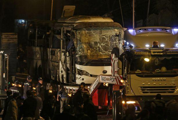 Turisteja kuljettanut bussi tuhoutui perjantaina pahoin, kun sen vieressä räjähti pommi.
