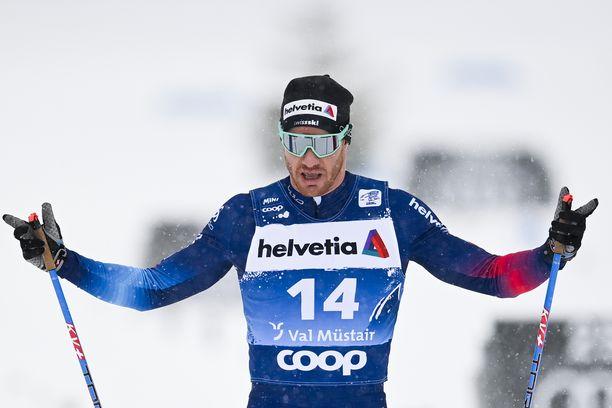 Nelinkertainen olympiavoittaja Dario Cologna vaihtaa suksitallia.