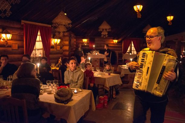Jouluna Lappiin tulevat matkailijat saapuvat ryhmissä ja haluavat tehdä asioita yhdessä.
