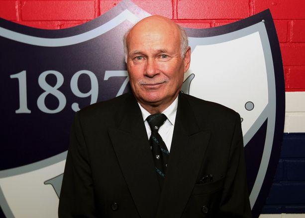 Stig Wetzell edusti HIFK:ta 1972–83. HIFK on jäädyttänyt hänen pelinumeronsa 1. Kuva on vuodelta 2013.